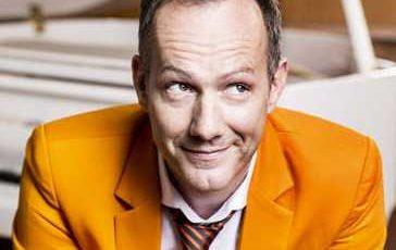 Johannes Kirchberg - spielt sensationell gut Klavier, und seine Texte transportieren augenzwinkernd Weisheiten und hintergründigen Witz